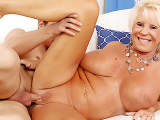Busty Granny Mandi McGraw Pleasures Young Lover around Mouth with the addition of Pussy