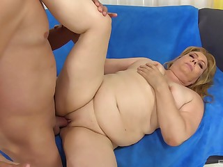 Chubby mature light-complexioned BBW Peggy Sue swallows a huge cumshot