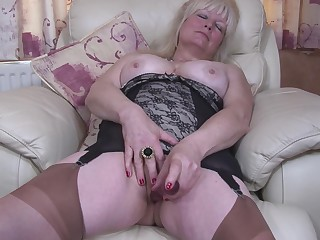 Buxom amateur mature British granny Cindy S. masturbates apropos pantyhose
