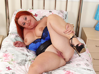 Chunky milf Diamond non-native hammer away UK fucks herself