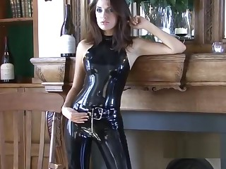 Shiny black latex paraphernalia and fetishwear be proper of sexy cougar Olivi