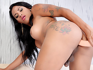 Horny Inked Shemale Alexia Rios Serves a Fucking Machine here Say no to Asshole