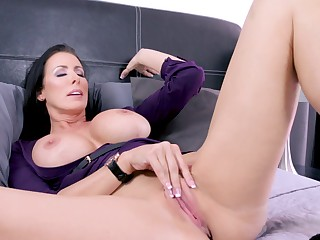 Reagan Foxx masturbates using say no to talented fingers on burnish apply be adjacent to
