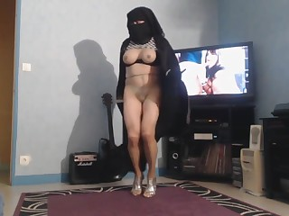musulmane danse en niqab et mini short