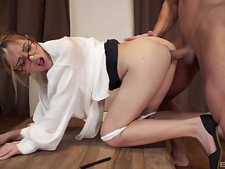 Main with sexy glasses, the deepest fuck she ever had causes her the orgasm